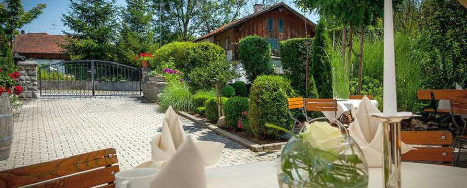 """Biergarten Hotel """"Wirtshaus am Schloss"""" nahe Autobahn A3"""